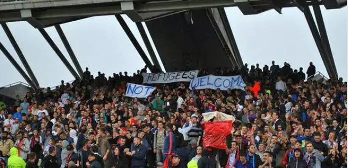 Des hooligans lyonnais brandissent une banderole anti-réfugiés à Gerland