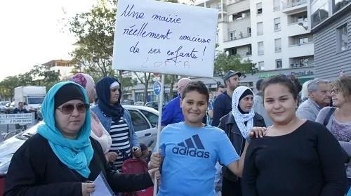 Zahia Ayache, ici avec ses enfants, se dit catastrophée par l'organisation du périscolaire.