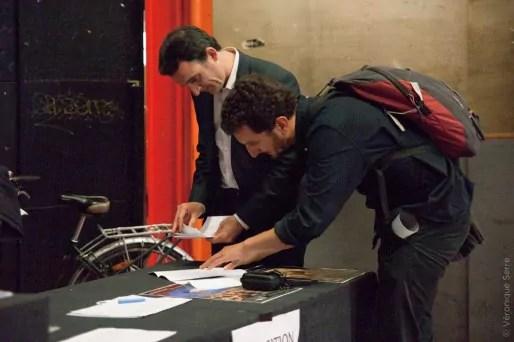 Eric Piolle et Enzo Lesourt préparant un discours avant un meeting de soutien aux candidats aux élections européennes, le 2 mai 2014. Crédit : Véronique Serre.