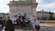 Bougies, dessins, messages, fleurs déposés sous la statue de Louis XIV place Bellecour à Lyon. Photographiée le 19 novembre. ©LB/Rue89Lyon