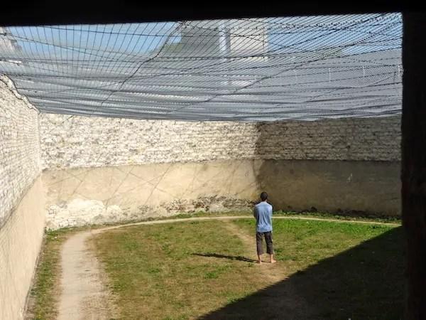 Une cour du quartier d'isolement de la prison de Clairvaux, en France. ©DR