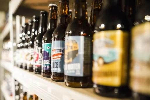 Des bouteilles en rang. Crédit : Bieronomy/Michel.