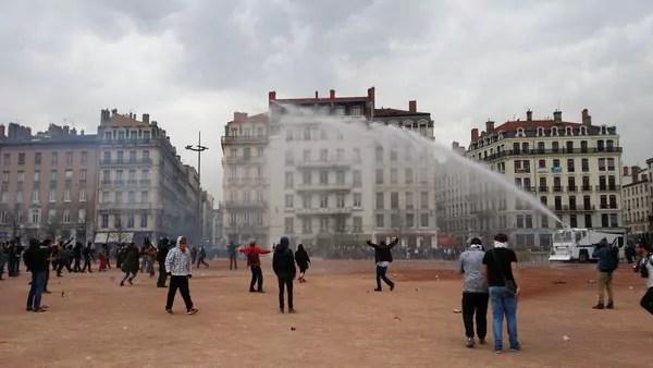 Deux canons à eau ont été utilisés contre les derniers manifestants. ©LB/Rue89Lyon
