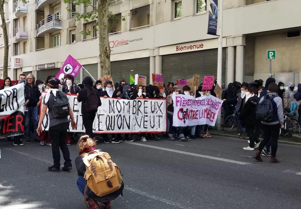 Les banderoles de tête au départ de la manifestation lyonnaise contre la loi travail le 28 avril. ©LB/Rue89Lyon