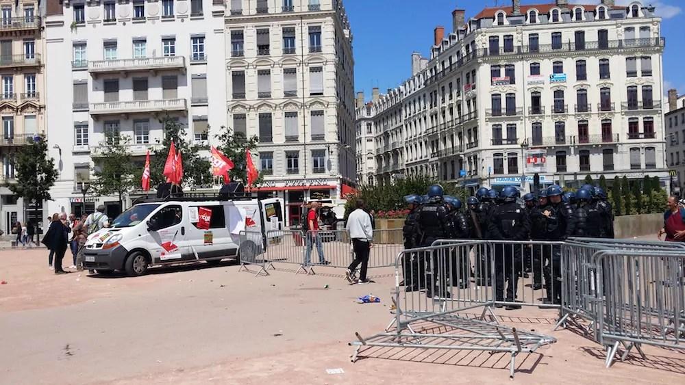 Le camion de la CGT et des gendarmes mobiles positionnés à l'endroit où a eu lieu l'une des interpellations. ©LB/Rue89Lyon