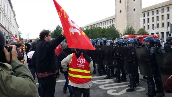 Pendant une vingtaine de minutes, la police a bloqué le départ groupé de la CGT. ©LB/Rue89Lyon