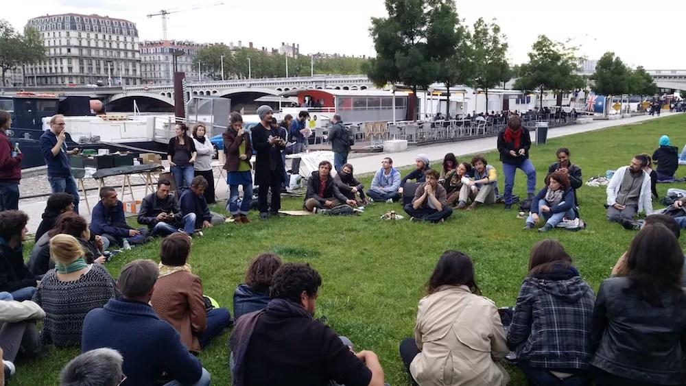 """Une centaine de personnes ont assisté à l'AG bilan de """"Nuit Debout"""", sur la pelouse des Berges du Rhône. ©LB/Rue89Lyon"""