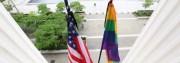 Drapeaux en berne, mairie de Villeurbanne, en hommage aux victimes d'Orlando. Source : Heteroclite.