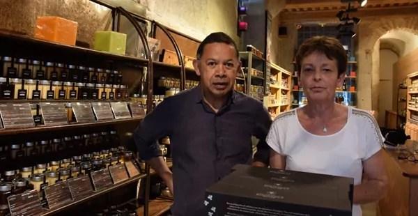 Patrick et Francoise Clarmont dans leur boutique au 54 rue St Jean