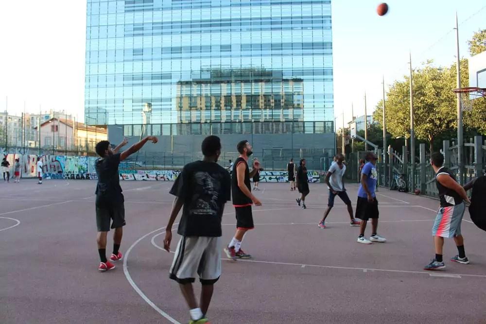 Sur le terrain de Bellecombe, ils sont nombreux à pratiquer le street-ball.