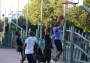 Le playground de Bellecombe s'est imposé comme l'un des meilleurs spots pour pratiquer le street-ball à Lyon. © Amélie James