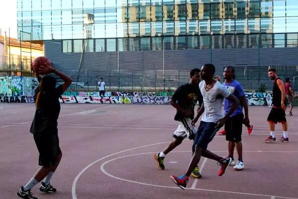 Le street-ball favorise les oppositions entre défenseurs et attaquants. © Amélie James
