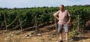Un habitant d'Hurigny devant la vigne qui pose problème. ©LB/Rue89Lyon
