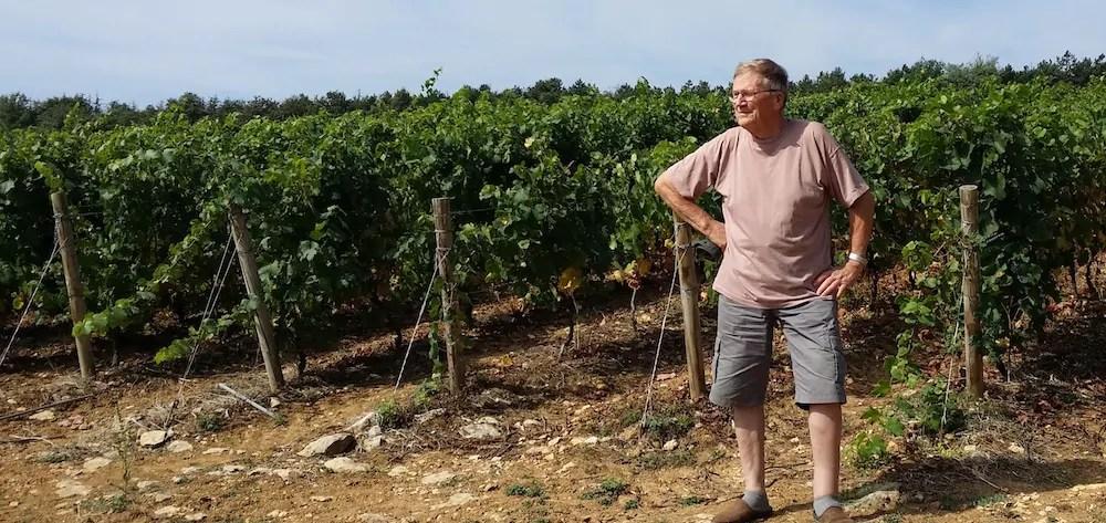 Robert Dutronc, un habitant d'Hurigny devant la vigne qui pose problème. ©LB/Rue89Lyon