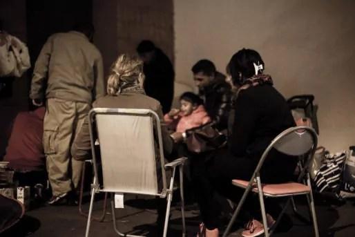 Les repas se prennent en commun entre les familles à la rue et les riverains qui leur viennent en aide. Photo Arnaud