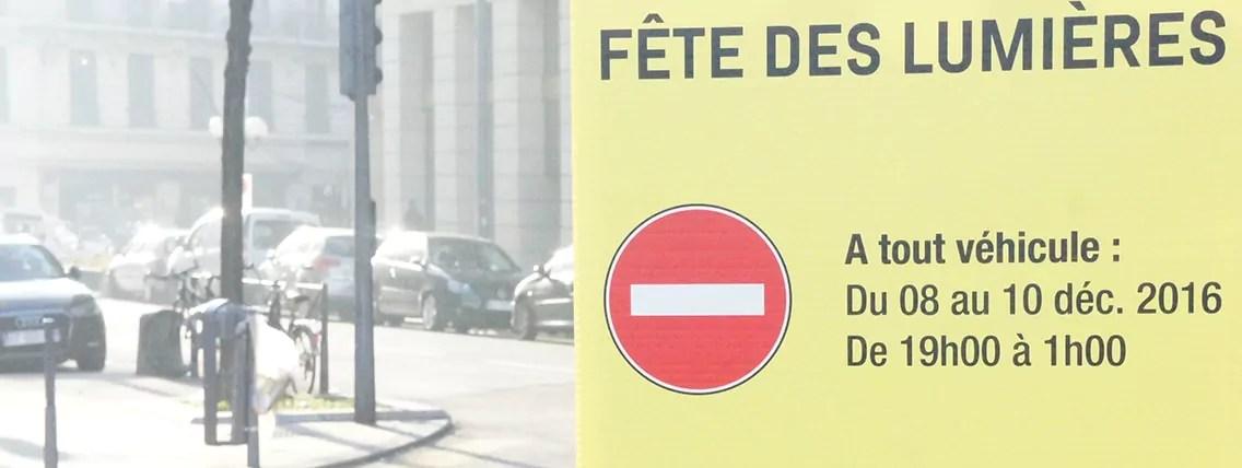 Un panneau indiquant les modifications de circulation et de stationnement pendantla Fête des Lumières. ©LT/Rue89Lyon