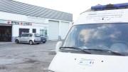 Une ambulance qui devra être réparée avant de partir pour la Syrie. A l'arrière-plan, l'entrepôt de l'association. ©Rue89Lyon