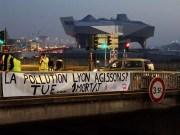 La banderole du collectif VALVE accrochée ce mardi matin sur le pont de la Mulatière. ©DR