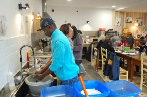 Aux Petites cantines on prépare les repas ensemble mais on fait aussi la vaisselle ensemble. Photo BE/Rue89Lyon