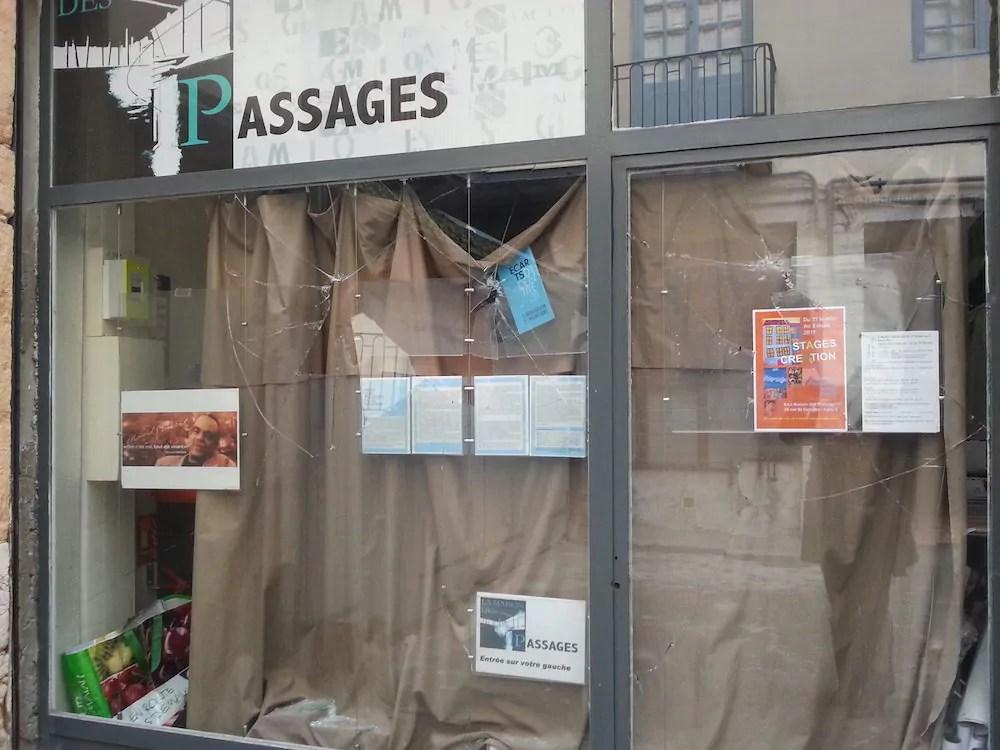 La porte vitrée brisée du bureau de la Maison des passages. Photo prise le dimanche 26 février. ©DR