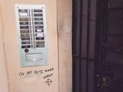 Inscriptions sous l'interphone du domicile lyonnais de Laurent Burlet. ©LB/Rue89Lyon