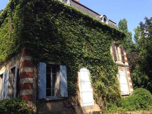 Les œils-de-bœuf en haut de la villa Monoyer renforcent la symétrie de la structure