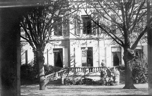 La famille des Tournelles devant la villa Monoyer ©DR
