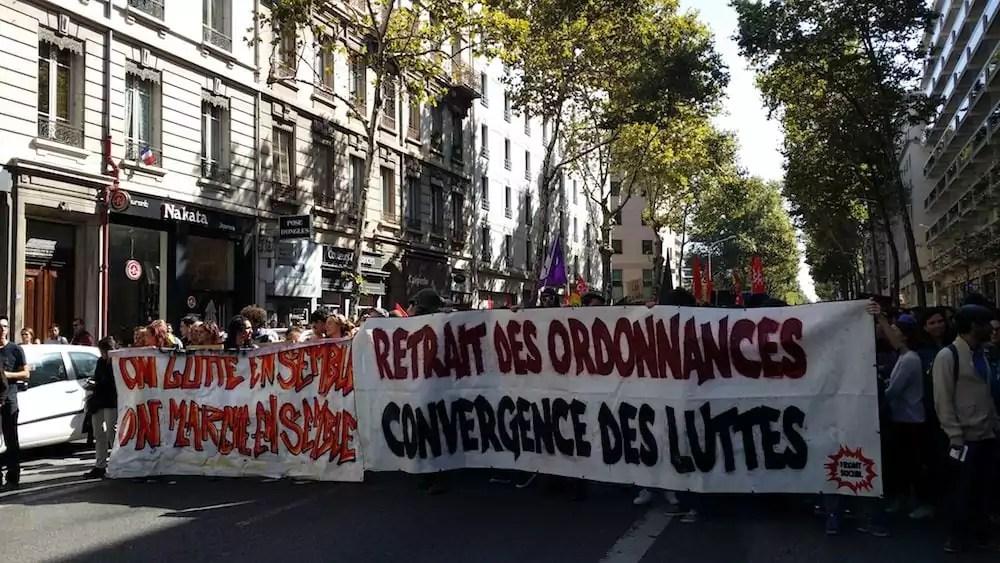 Les banderoles du Front social à Lyon ce 21 septembre. Environ 300 personnes ont manifesté derrière. ©LB/Rue89Lyon
