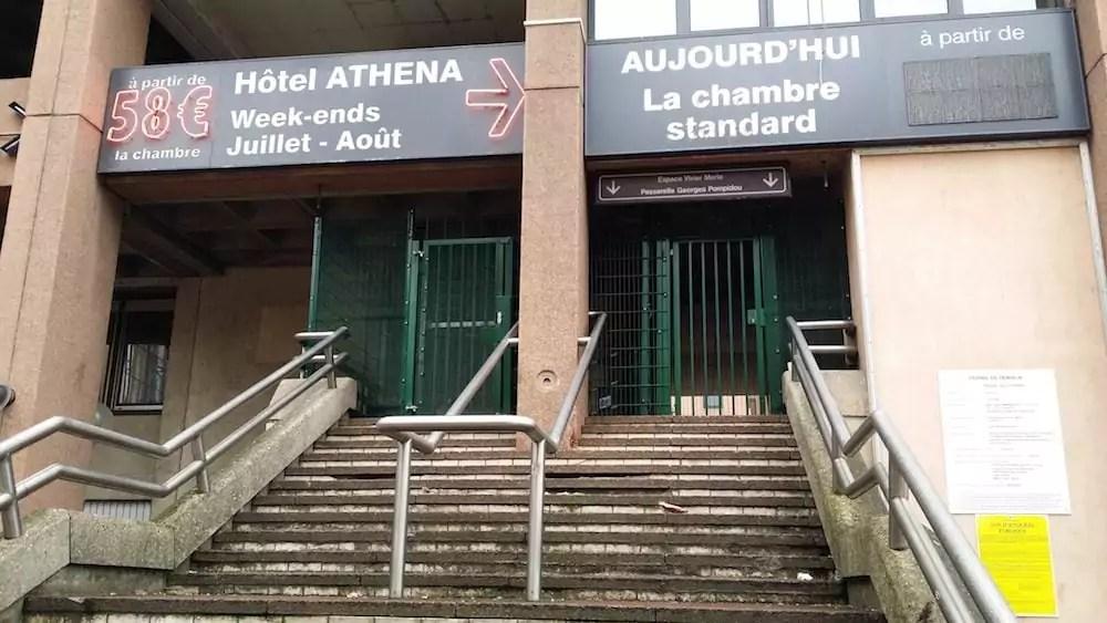 Les grilles posées vendredi 10 novembre pour empêcher les jeunes migrants de rejoindre la plateforme qu'ils squattaient dans un bâtiment de la gare Part-Dieu. ©LB/Rue89Lyon