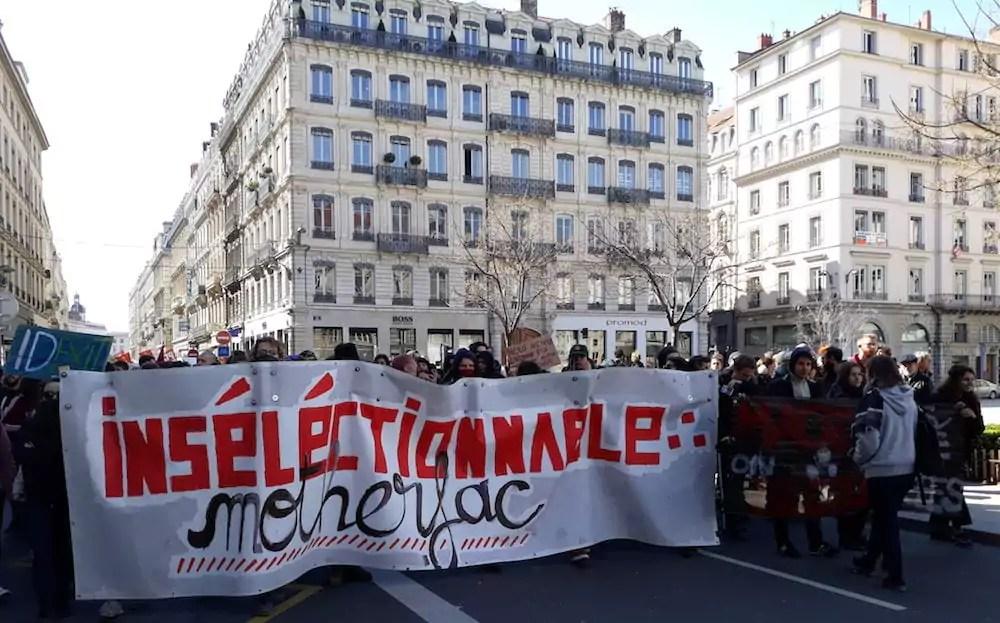 """""""Insélectionnable"""". La banderole du cortège étudiants et lycéens. ©LB/Rue89Lyon"""