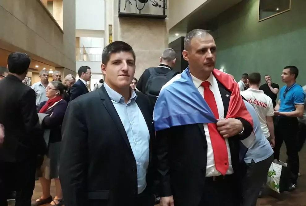 Alexandre Gabriac et Yvan Benedetti, drapeau de l'Oeuvre française sur les épaules, au palais de justice de Lyon pour leur procès. ©LB/Rue89Lyon