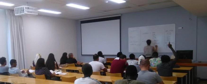 Une salle de classe pendant un cours de Français langue étrangère (FLE). ©DR