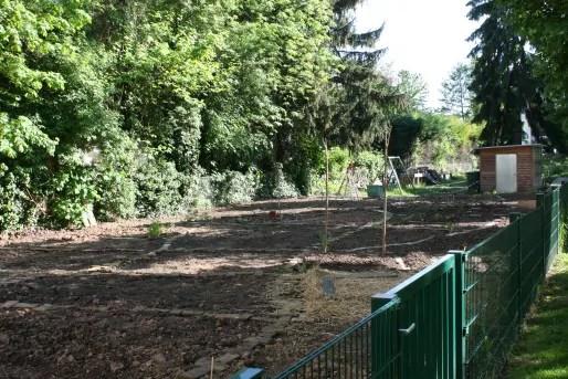 """Le jardin participatif """"Lombric Hardi"""" a été créé à l'initiative de résidents d'Eco-Logis. (LJ / Rue89 Strasbourg)"""