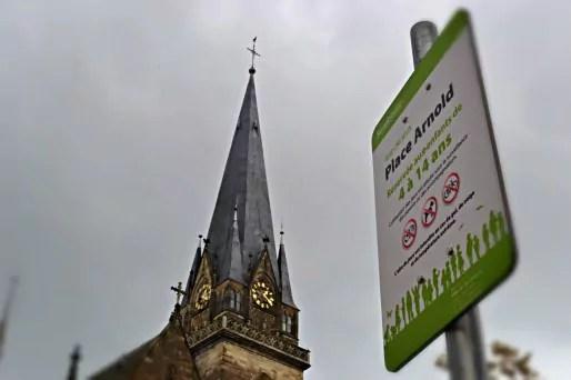Bien que la zone soit interdite pour les vélos, les cyclistes traversent la place, pour éviter l'axe de l'avenue de la Forêt Noire. (Photo AB / Rue89 Strasbourg)