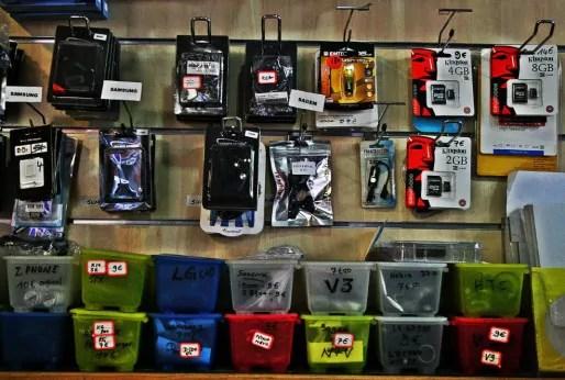 Vente de pièces pour téléphones portables chez Multi Communication rue Kuhn (Photo MM / Rue89 Strasbourg)