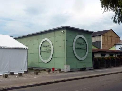 Hangar reconverti en 1996, la mosquée a bien du mal à sortir de son look industriel (Photo Archi-Strasbourg / cc)