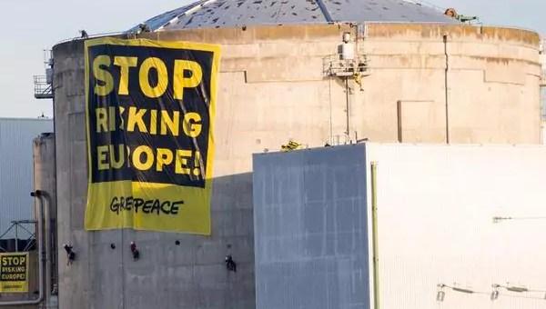 Coucou François Hollande, c'est Greenpeace en direct de Fessenheim
