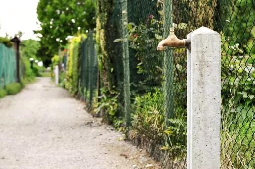 Dans les jardins familiaux de la Robertsau, on puise désormais l'eau au réseau public. L'eau est facturée aux utilisateurs, pour une somme modique : 9€ par an. (Photo AB / Rue89 Strasbourg)