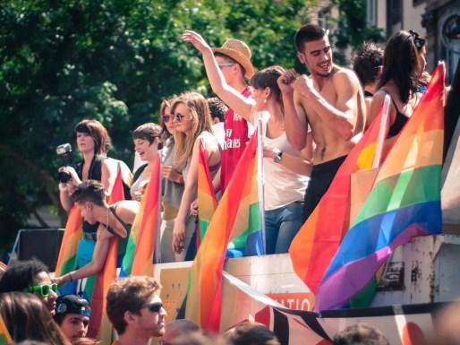 """""""À quand un monde rainbow ?"""", demandent les manifestants."""