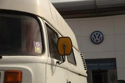 Boîte de vitesse cassée... le Bulli en attente de réparations. (Photo Bulli Tour)
