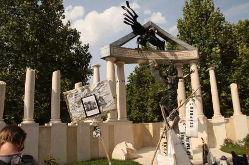 La place de la liberté de Budapest et le monument imaginé par Orban pour rappeler le statue de victime de la Hongrie pendant la Seconde Guerre mondiale...