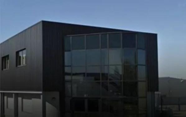 Derrière cette façade anonyme de la zone industrielle d'Illkirch, se cache le laboratoire des douze fondateurs d'Ineva. (Doc. remis)