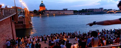 Les marches du Quai Saint-Pierre sont fréquentées par des centaines de personnes chaque soir en été. (Photo : mairie de Toulouse)