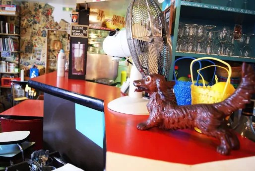 Le Kitsch'n Bar et sa déco atypique. (Photo Nadège El Ghomari)