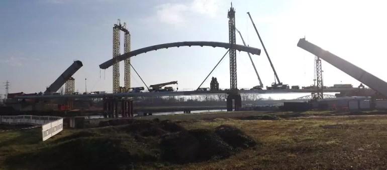 Au dessus du bassin Vauban, le Pont Citadelle prend forme