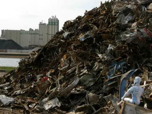 Au port de Strasbourg, Action Man veille sur les déchets (photo Yves Ouattara / Flickr / cc°