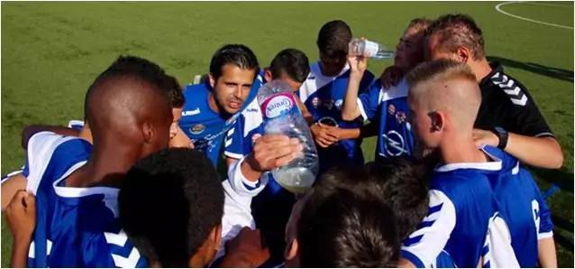 Serge Costa avec les jeunes du Racing (document remis).