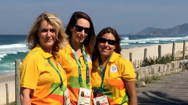 Caroline Reys avec d'autres bénévoles à l'épreuve de cyclisme, sur un spot paradisiaque. (doc. remis)