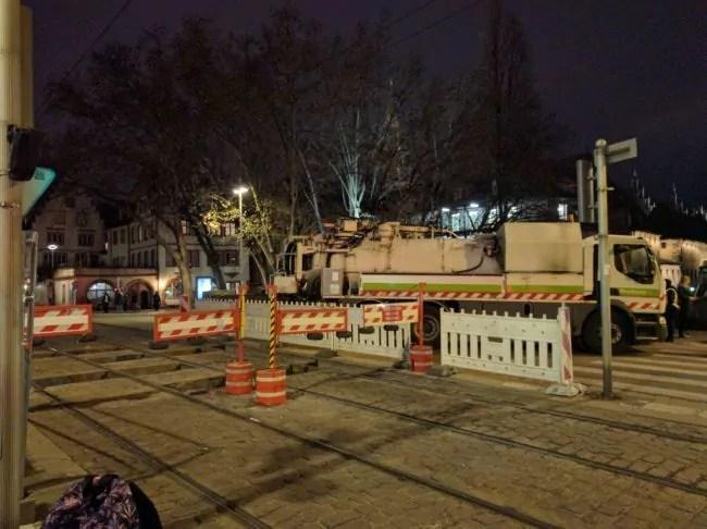 Les très seyants camions du service de la propreté de la Ville pour boucher les entrées (Photo PF / Rue89 Strasbourg / cc)