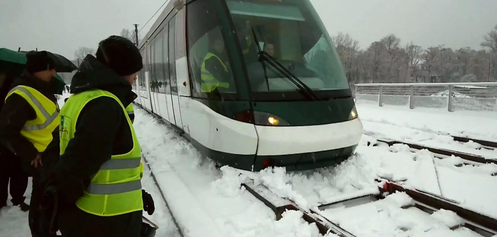 Sous la neige, le tramway progresse vers le Rhin